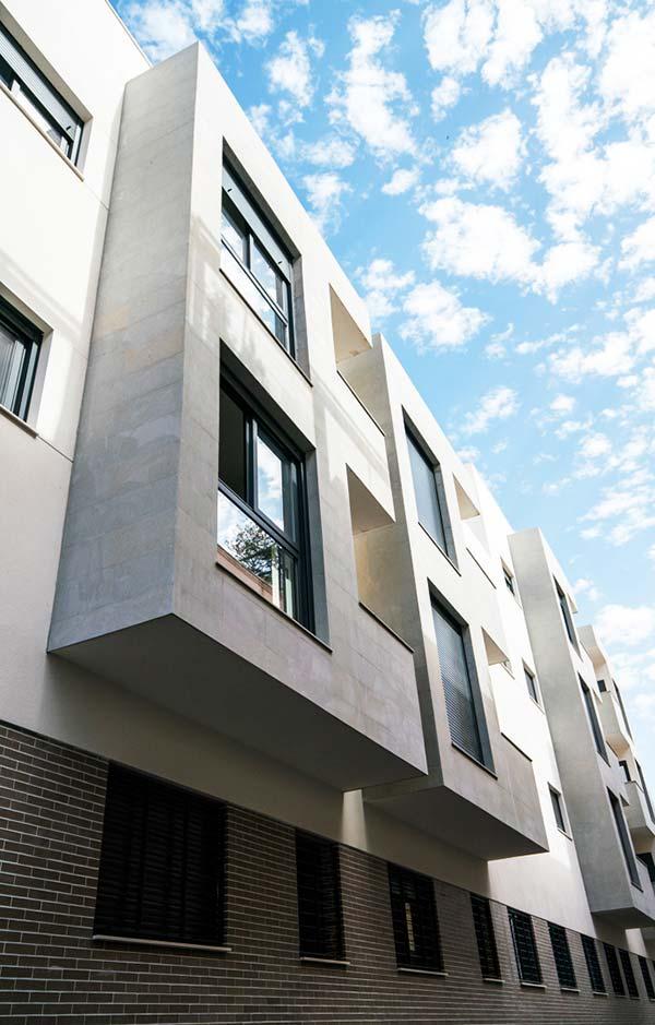 Balcón de pisos en Ronda Capuchinos (Sevilla)