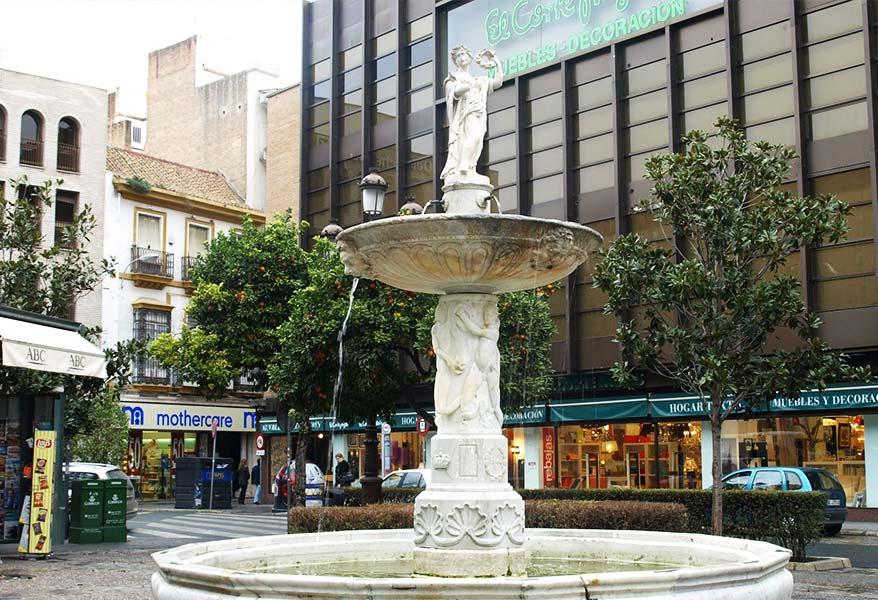 Fuente de la Plaza de La Magdalena con El Corte Inglés de fondo