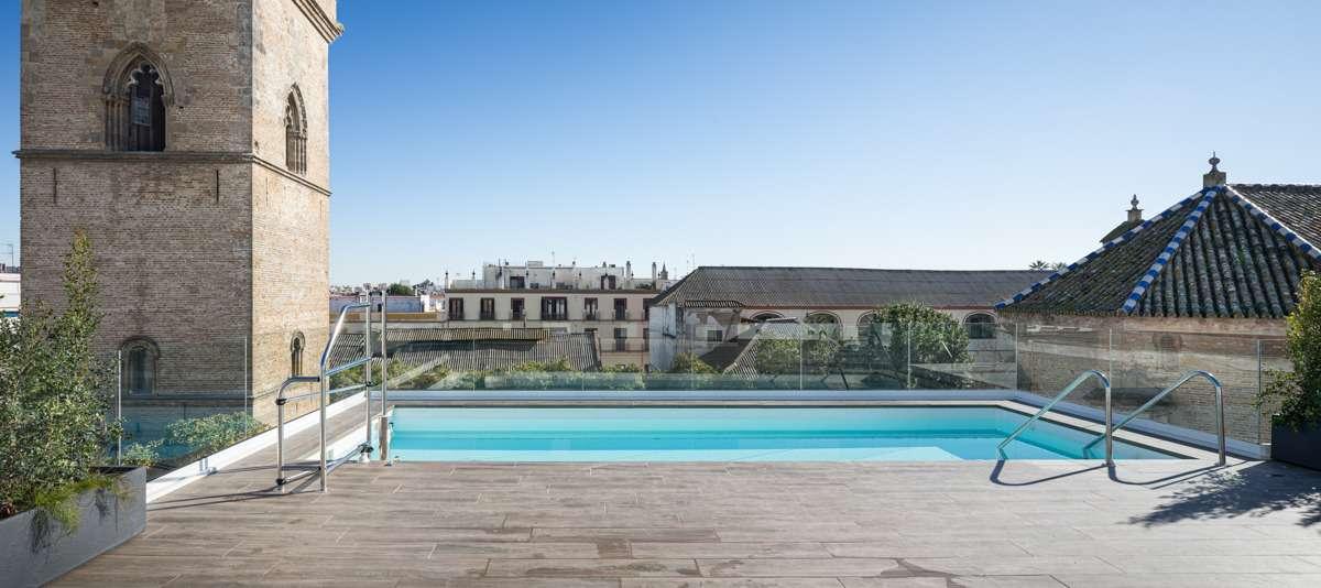 Ejemplo de cubierta de edificio de promociones exclusivas con piscinas comunitarias y privadas, áticos con terraza, jardines y zonas de ocio